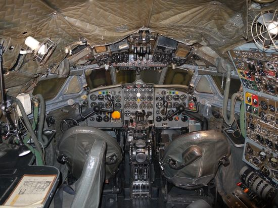 08-cockpit-avion-De_Havilland_DH106_Comet_4_G-APDB_Cockpit-870x652